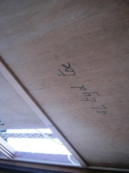 De vershuifbare panelen in het plafond die de ventilatie regelen
